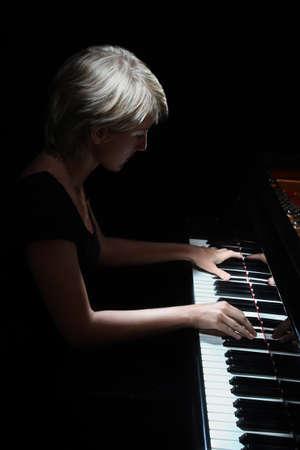 joueur de piano: Grand Piano pianiste concert jeu Player Piano musicien classique Banque d'images
