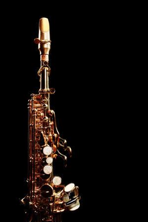soprano saxophone: Instrumentos musicales saxofón soprano jazz aislados en negro Sax se cierran para arriba