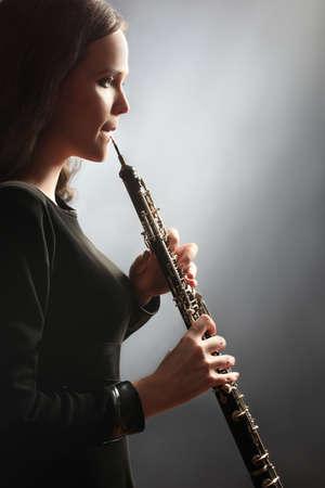 clarinete: Oboe oboe toca el instrumento de música clásica Foto de archivo