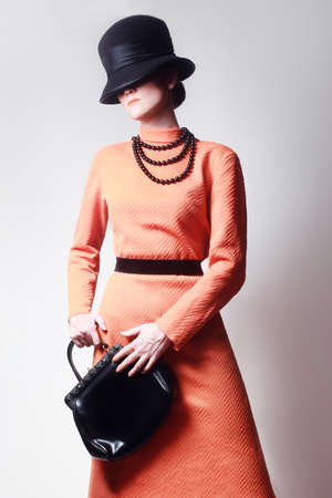 elegante: Fashion model femme élégante élégante en robe orange et chapeau