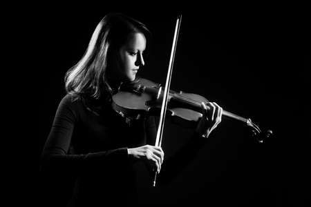orquesta: Jugador del violín violinista tocando música clásica. Instrumentos musicales Orquesta Foto de archivo