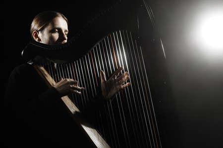 arpa: Jugador de la arpa. Arpista con el instrumento musical Músico clásico tocando música clásica