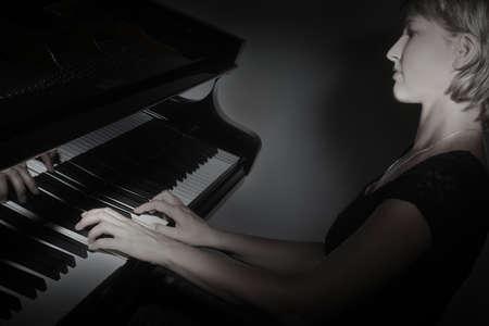 tocando el piano: Reproductor de piano de cola. Pianista tocando concierto de piano instrumentos musicales clásicos