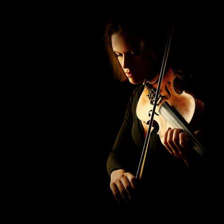 orquesta: Músico clásico aislado en negro instrumentos de orquesta Jugador del violín violinista