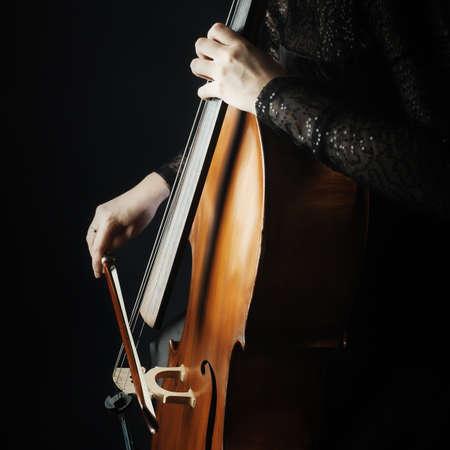 violoncello: Cello giocatore violoncellista riproduzione di musica strumento passa il primo piano. Strumenti Orchestra Archivio Fotografico