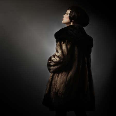 manteau de fourrure: V�tements de manteau de fourrure de mode d'hiver de femme �l�gante en manteau de fourrure de vison