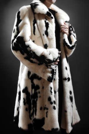 elegante: Vêtements de manteau de fourrure de mode d'hiver de femme élégante en manteau de fourrure de vison