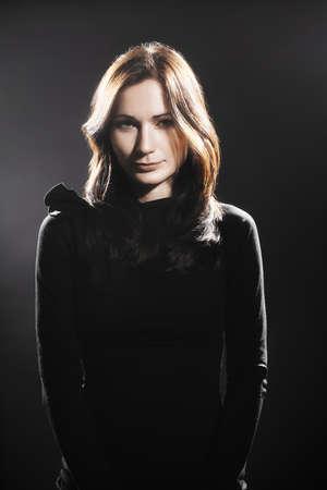 mujer elegante: mujer elegante vestido negro modelo de retrato de la moda Foto de archivo
