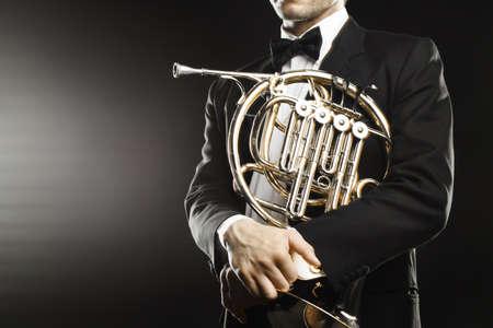 Franse hoornspeler close-up. Klassieke musicus hornist met hoorn muziekinstrument Stockfoto
