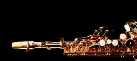 soprano saxophone: instrumentos musicales saxofón soprano de jazz aisladas en negro cerca Sax
