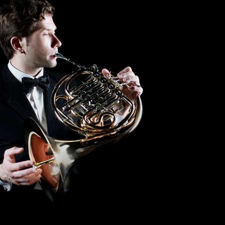 cuernos: El jugador cuerno francés. Reproducción de música cuerno instrumento