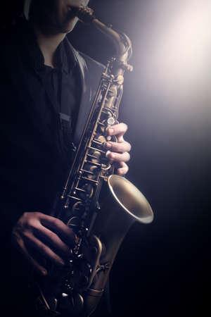サックス支払のサックス演奏のジャズ音楽アルト サックス 写真素材