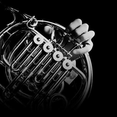 cuernos: aislados cuerno francés cuerno jugador del instrumento de música