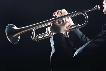 트럼펫 연주자. 트럼펫 연주 손을 바람 악기 연주