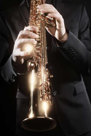 soprano saxophone: Saxofón instrumento de viento Músico de jazz. Jugador de saxofón jugando música blues