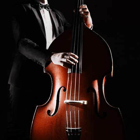 Doppio bassista che gioca strumento contrabbasso. Musicista classico Archivio Fotografico