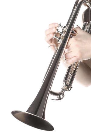 トランペット プレーヤーの手。トランペッターは、白で隔離。金管楽器