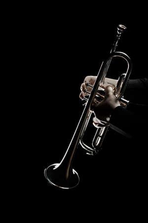 Trompetista. Trompetista de la música tocando el instrumento de jazz de latón Foto de archivo - 86082161