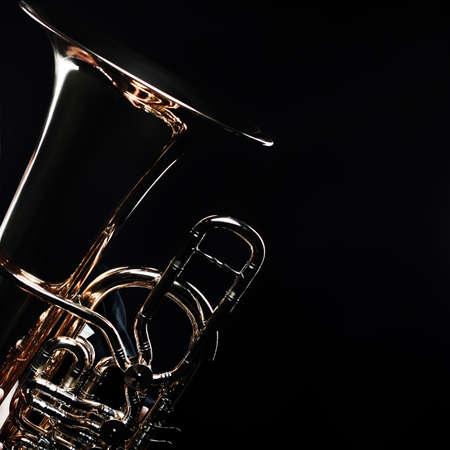 Tuba messing instrument. Windmuziekinstrument. Orkest bass horn horn trumpet geïsoleerd