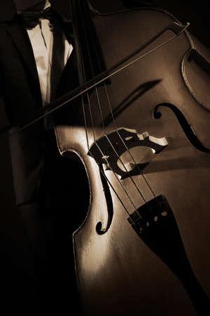Contrebasse de contrebassiste. Instrument de musique à cordes violoncelle Banque d'images - 87180507