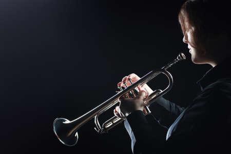 Trumpet player. Woman playing trumpeter player jazz musician Standard-Bild