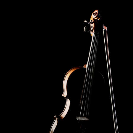 バイオリンは黒で隔離された。弓を持つ管弦楽ヴァイオリンのクラシック楽器 写真素材 - 97678444