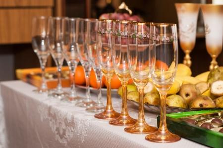 테이블에 와인 잔 제공 과일과 샐러드