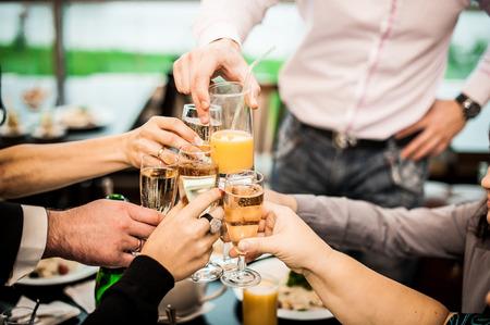 Los jóvenes se felicitan en un día de fiesta o un evento. Foto de archivo - 32040755