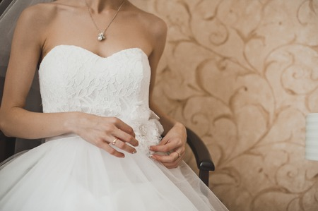 여자는 웨딩 드레스를 드레스.