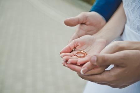 Junge sanft halten sich gegenseitig durch die Hände. Standard-Bild - 35751505