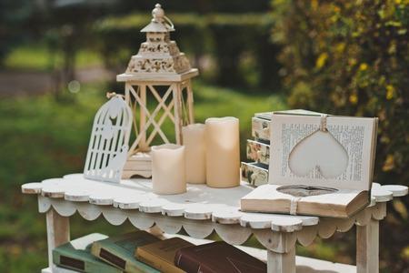 Kleiner Tisch mit Blumen und schöne Dinge in einem Garten. Standard-Bild - 38260560