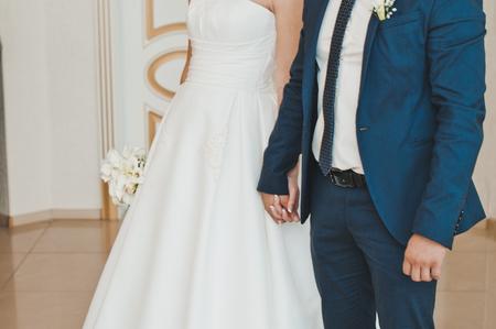 manos unidas: El novio y la novia de soporte que unieron sus manos.