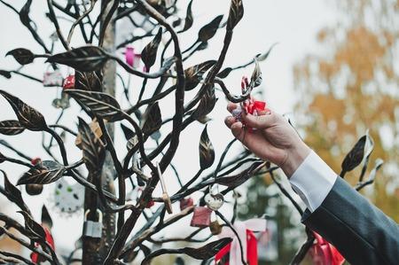 posting: Tradici�n de la boda sobre el desplazamiento de bloqueo. Foto de archivo