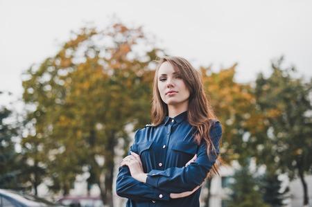 어두운 파란색 셔츠에있는 여자의 초상화. 스톡 콘텐츠