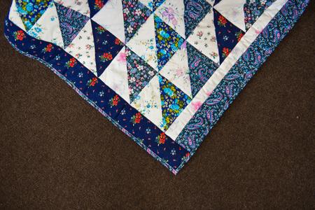 trabajo manual: Cubierta Scrappy de trabajo hecho a mano con los triángulos. Foto de archivo