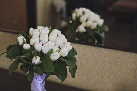 reflexion: Flores con la reflexi�n en un espejo.