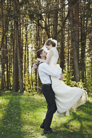 marido y mujer: El novio dando vueltas a la novia en sus brazos.
