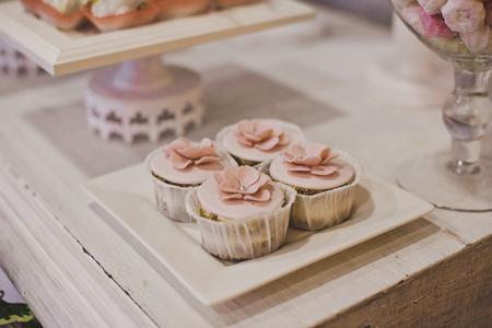 treats: Los dulces en la mesa para los hu�spedes. Foto de archivo