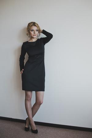 Une jeune fille dans une petite robe noire.