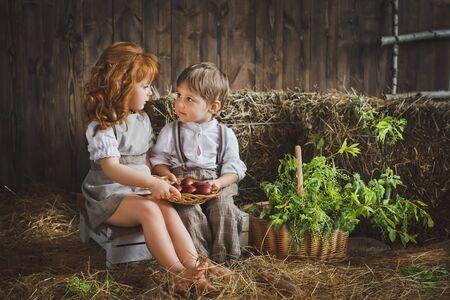 recoger: Los niños recogen los huevos para la fiesta de Pascua.