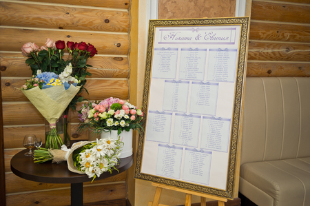 Board with the placement of the guests in the hall to celebrate. Foto de archivo