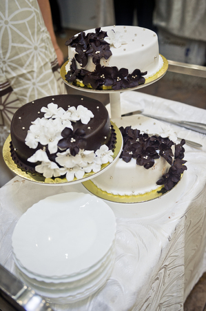 Wedding cake before distributing to the guests. 스톡 콘텐츠 - 111263392
