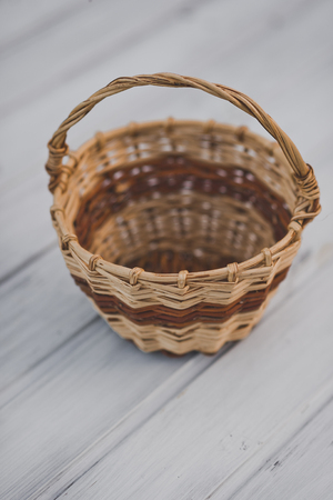 Natural vine wicker basket with handle. 免版税图像