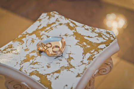 Gold jewelry on a marble counter. Stockfoto