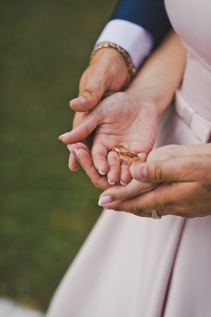 The gentle embrace of hands of the newlyweds. Stockfoto