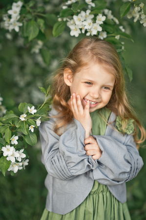 The child smiles shyly at the large portrait. Stockfoto