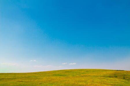 Paysage d'été avec ciel clair. Espace de copie - espace de copie.