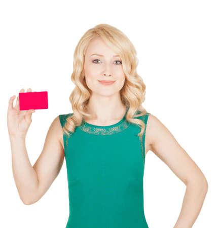 緑のドレスで美しいブロンド、カードを保持します。