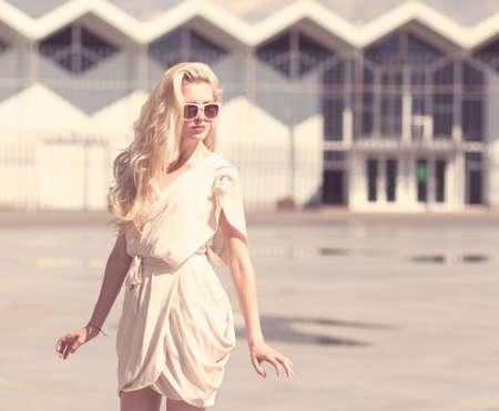 白い夏の若い美しいブロンドの女性の夏の肖像画のドレス ポーズ 写真素材