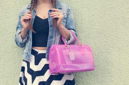 ピンクと大きな紙袋。美しい若い女性がポーズ、ファッショナブルな大きなピンク ハンドバッグ ジーンズ ジャケット